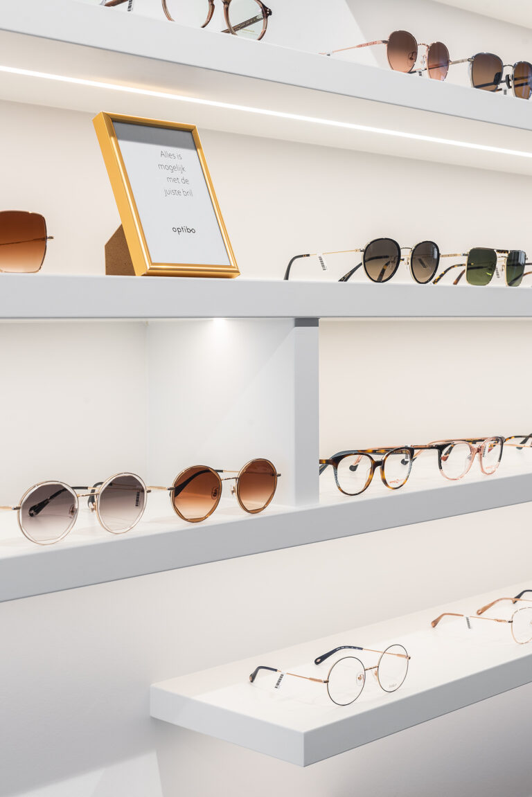 Brillenwand optiekzaak Optibo